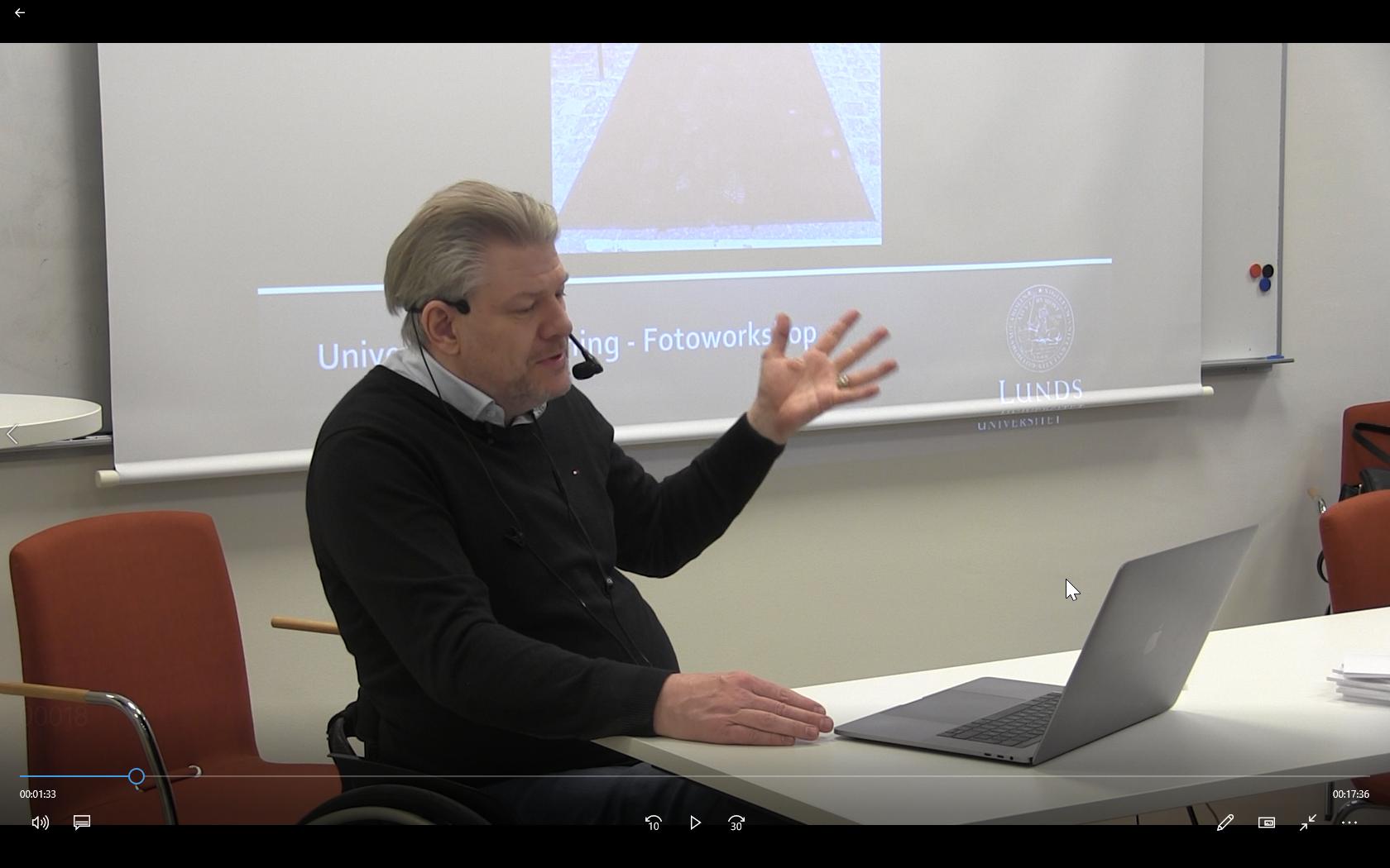 Bilden visar PeO Hedvall vid workshopen om Universell utformning