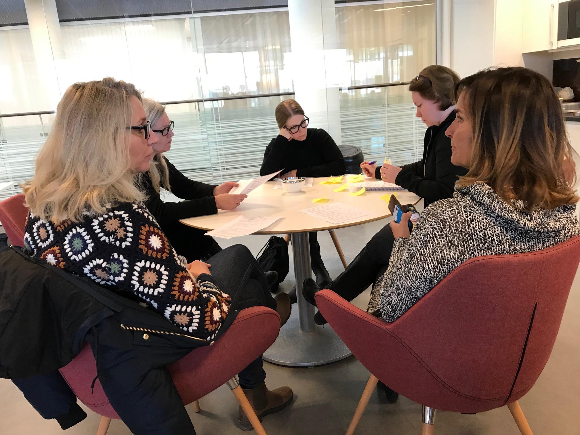 Workshopens deltagare diskuterar i grupp