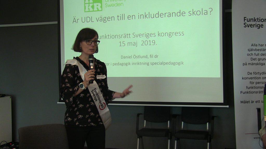 Victoria Smedman, projektledare för Rätt från början, introducerar seminariet om UDL vid Funktionsrätt Sveriges öppna kongressdag