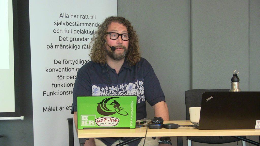 Daniel Östlund,  lektor i pedagogik, introducerar UDL vid Funktionsrätt Sveriges öppna kongressdag.