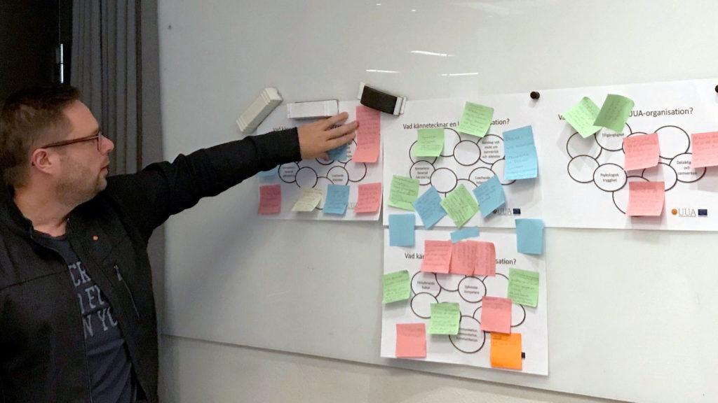 Daniel Hjalmarsson från Akademikerförbundet SSR går igenom vad som kommit fram vid den avslutande diskussionen vid workshopen.