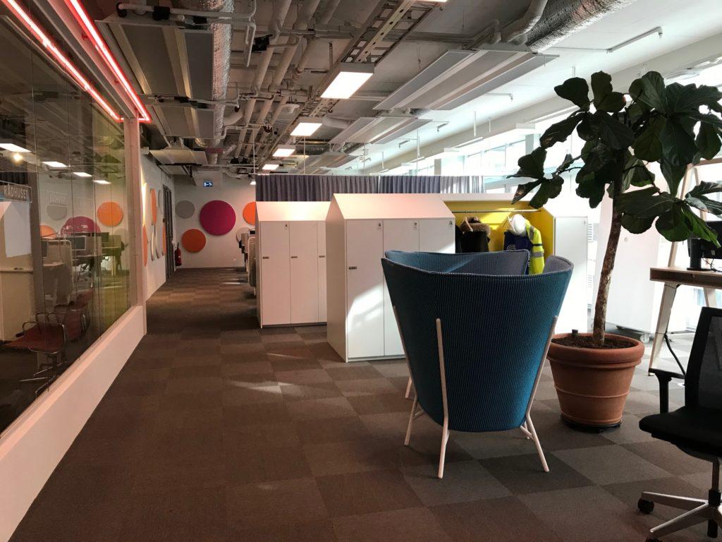 Bilden visar en möblerad korridor på en nybyggd arbetsplats.