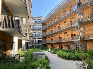 Bilden visar nya bostäder med balkonger och en innergård