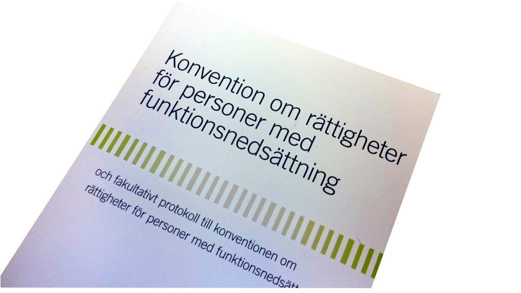 Framsidan av FN:s funktionsrättskonvention på svenska