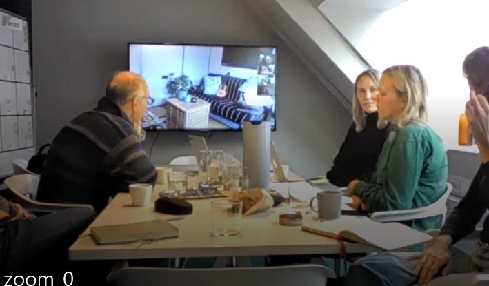 Bilden visar diskussioner vid ett mötesbord med representanter från Rätt från början och Codesign.