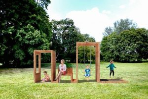 Bilden visar barn som leker i en park, i moduler som kan kombineras med varandra, men som också ger avskildhet.
